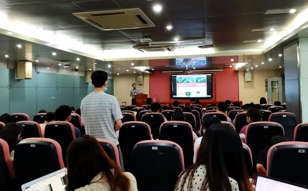 讲座期间,同学们踊跃地提问,与俞晓峰博士进行学术上的探讨 | 赛业生物